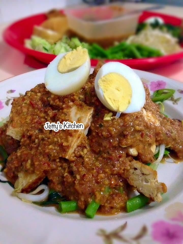 Pecel Sayur / Indonesian Salad by Jetty Anfarz