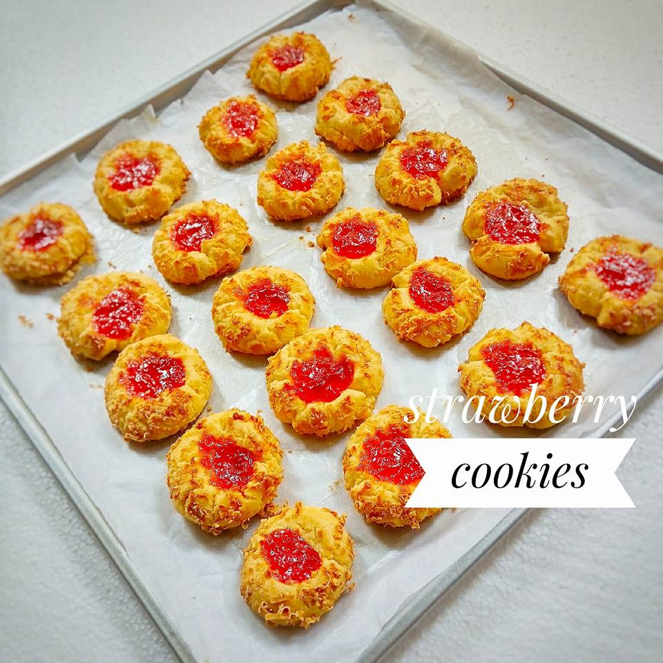 Crunchy Strawberry Cheese Thumbprint Cookies by Pungky Djoelia