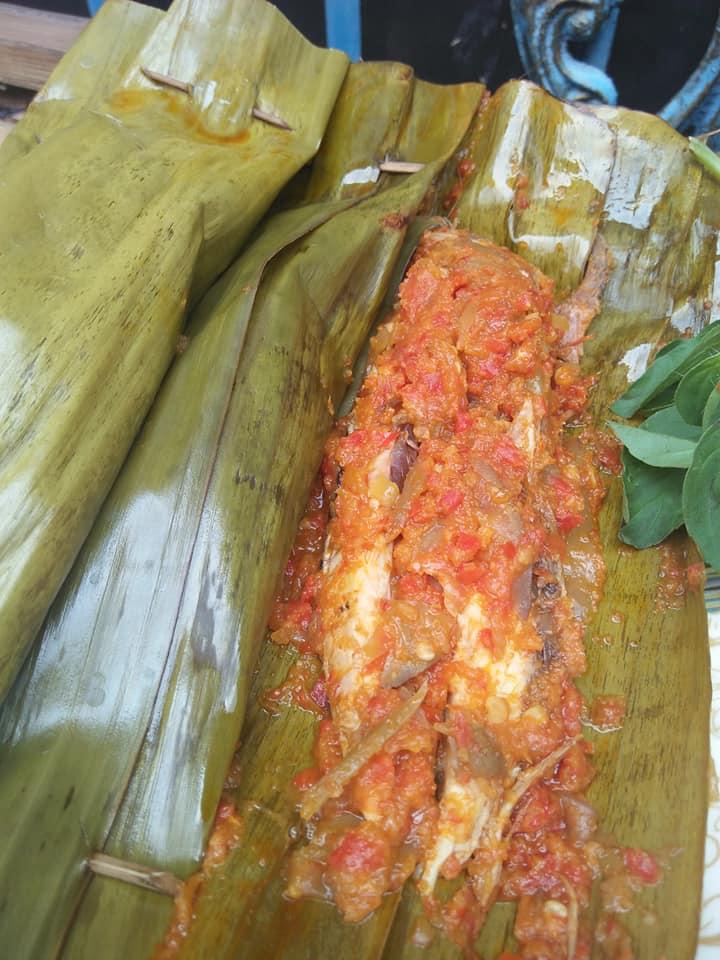 pepes tongkol sambel mangga muda